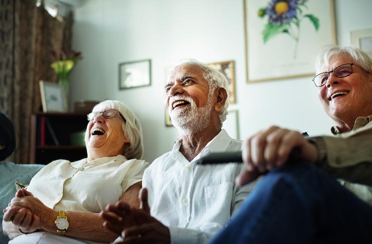 友人と笑いあう高齢者の写真