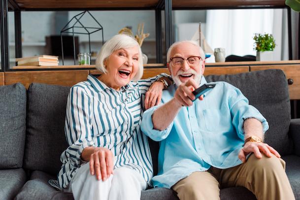 高齢者がリモコンを操作する写真