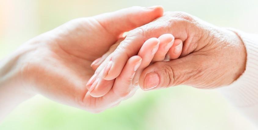 手と手が触れている写真