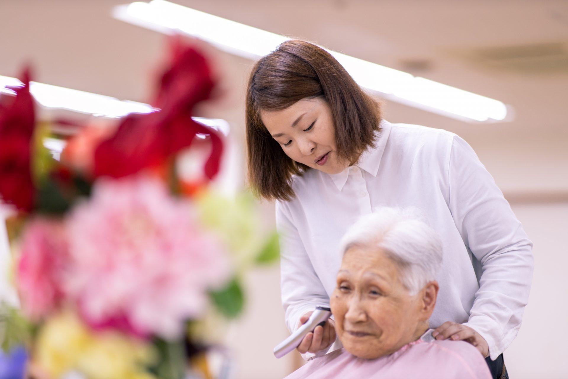 美容施術を受ける高齢者の写真