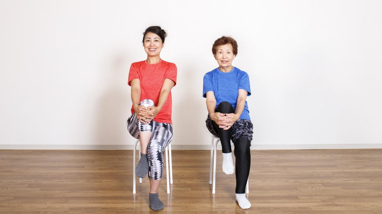 自宅で足腰を鍛えている高齢者の写真