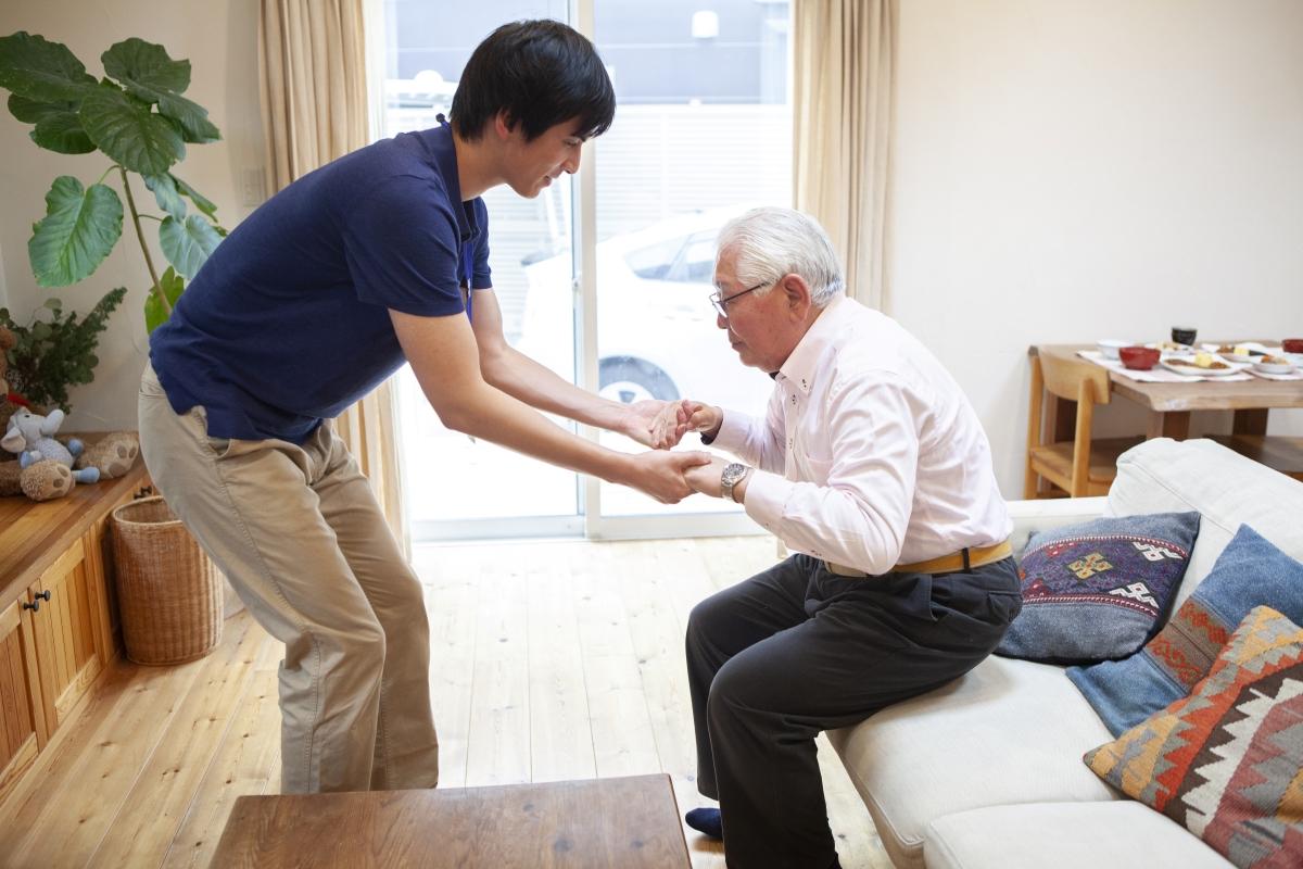 立ち上がれない…高齢者が湯舟や椅子から立ち上がれない原因と対処法を解説!