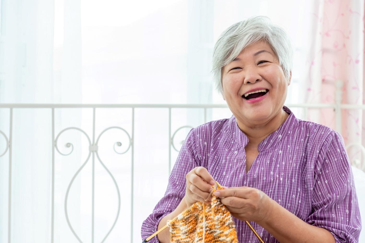 趣味を楽しむ高齢女性の写真