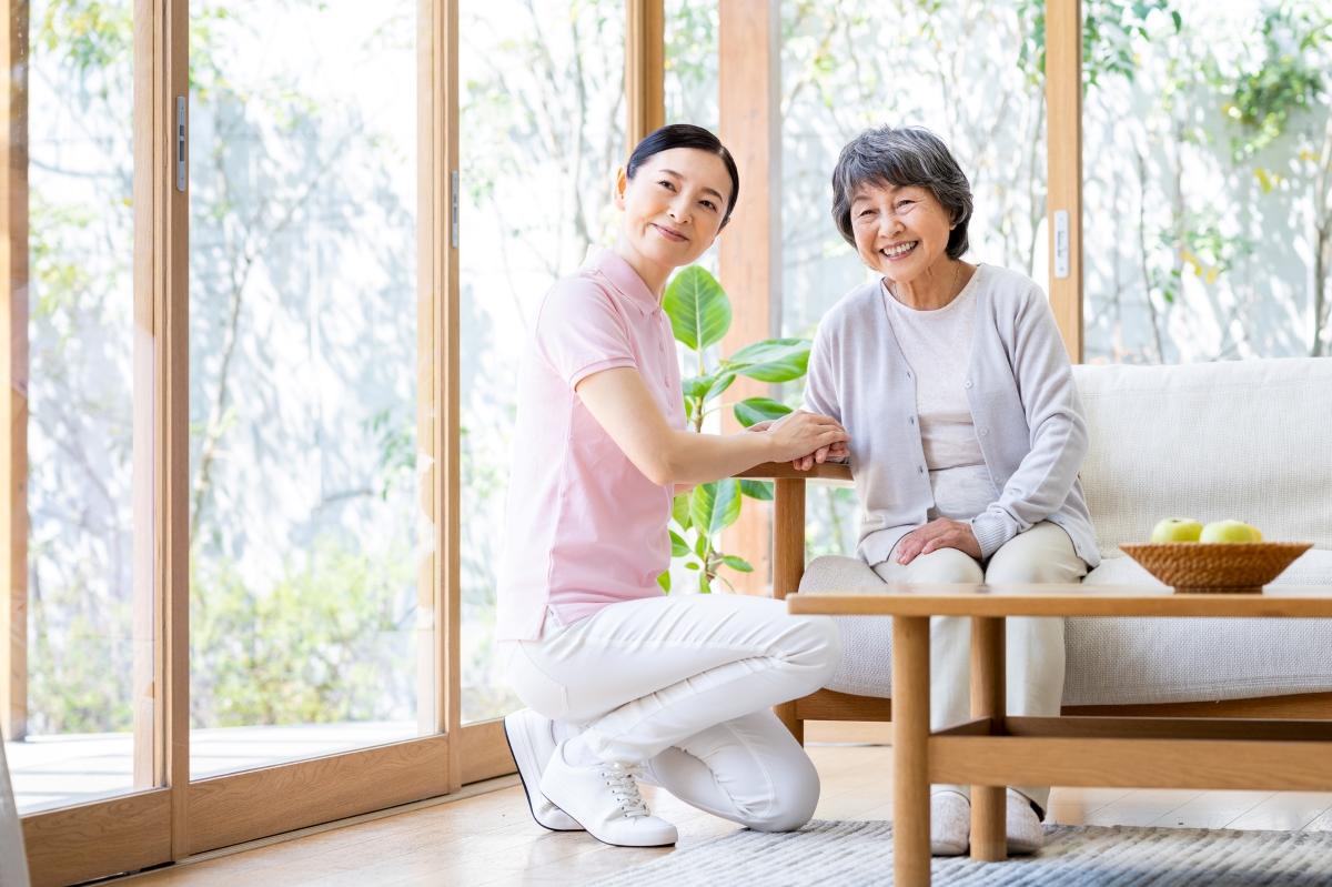 コミュニケーションを取る介護スタッフと高齢女性