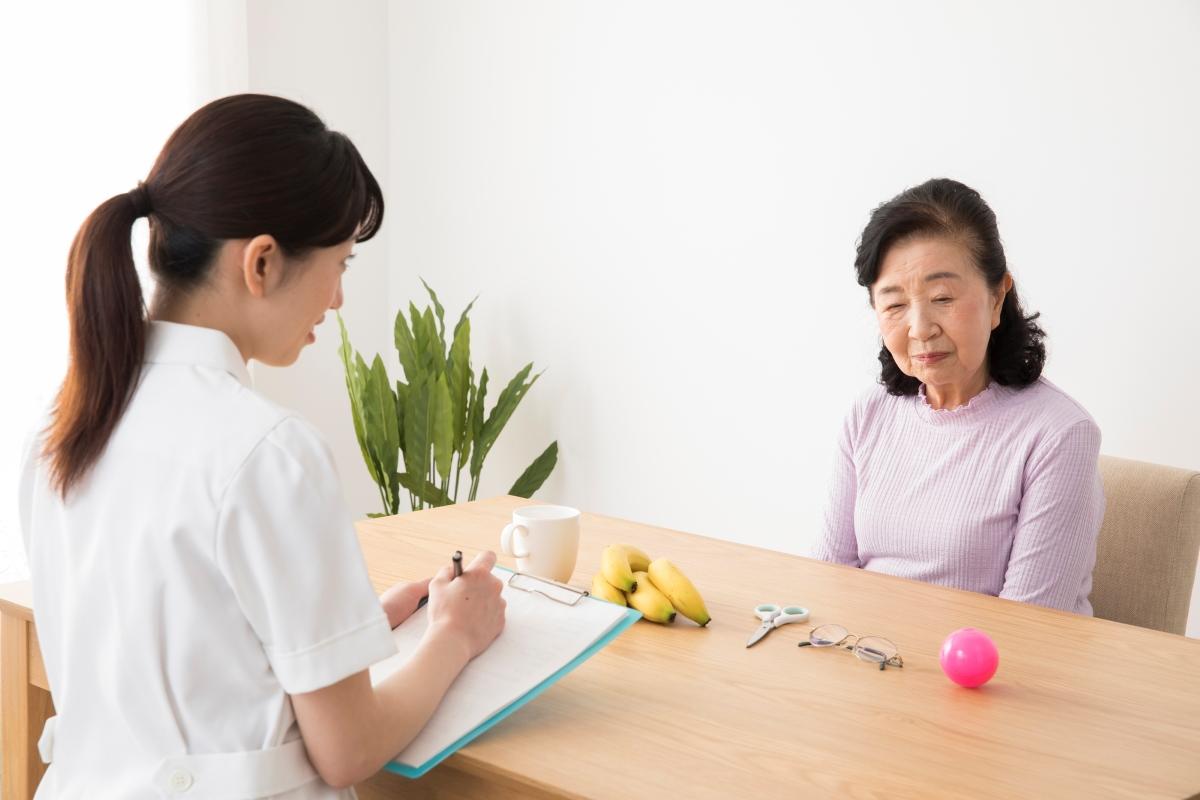 問診を受ける認知症の高齢女性