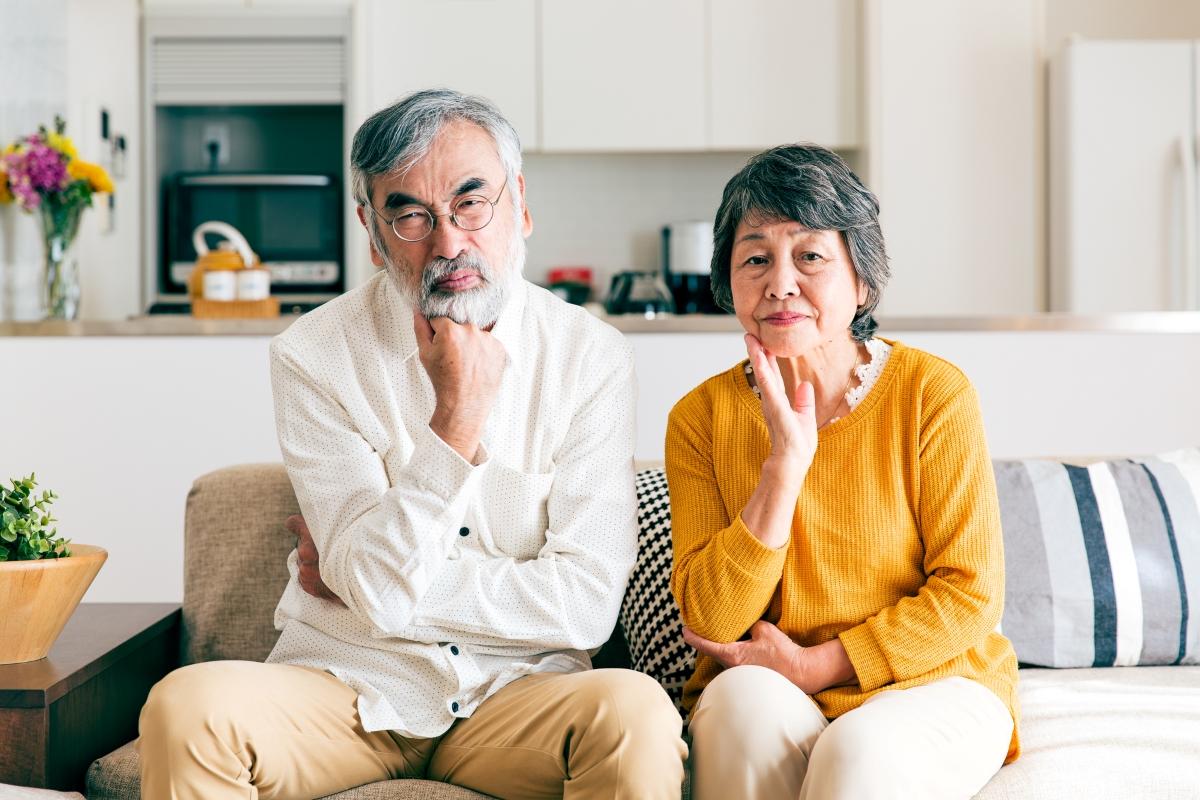 悩む高齢夫婦の写真