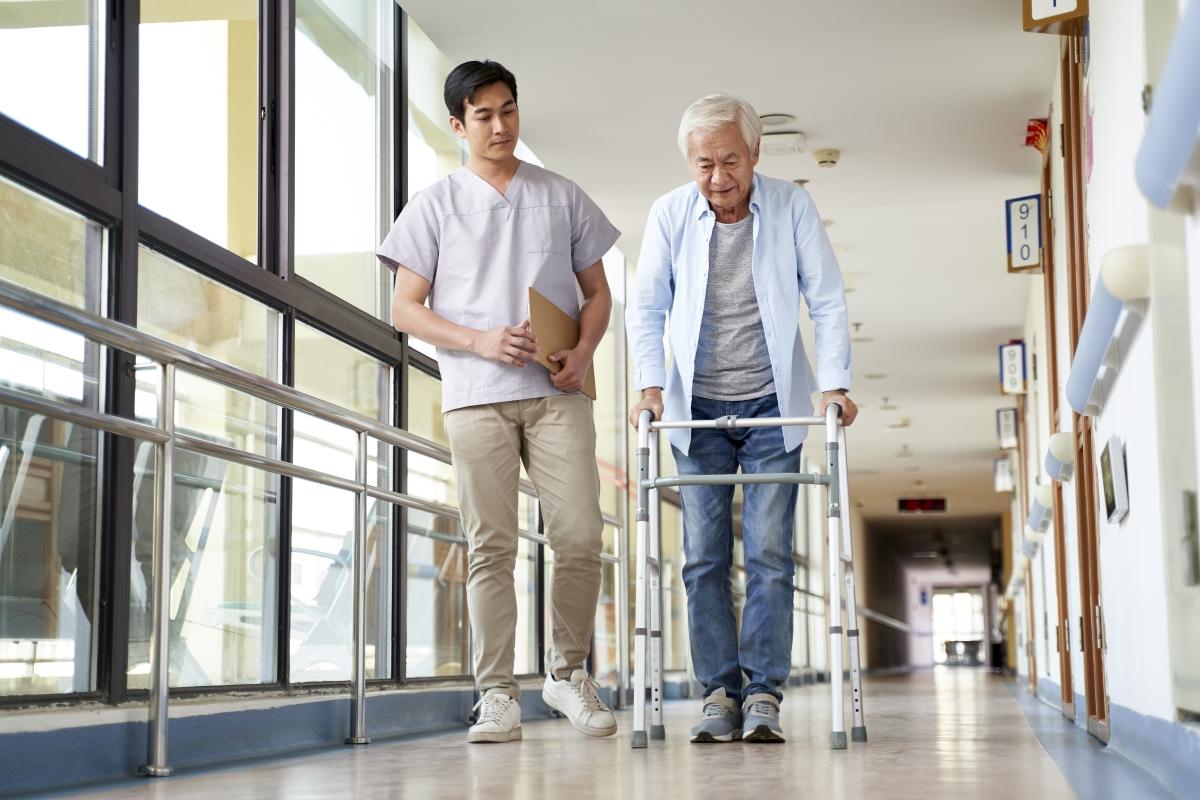 老人ホームでリハビリを行う高齢者と介護士