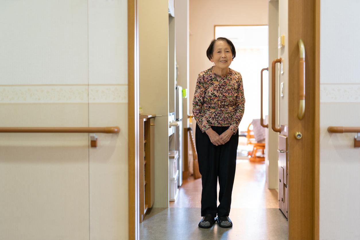 老人ホームに入居している女性の写真