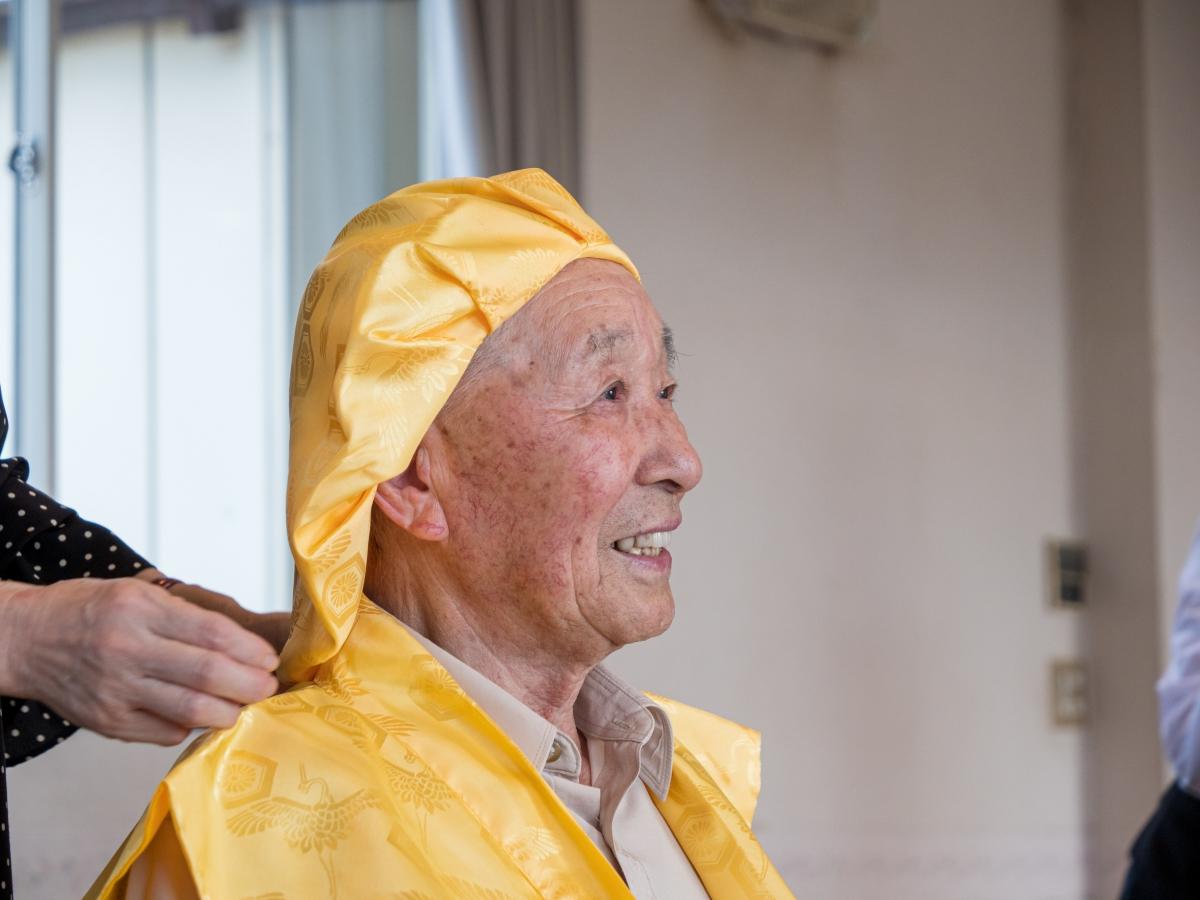 長寿祝いを行う高齢者