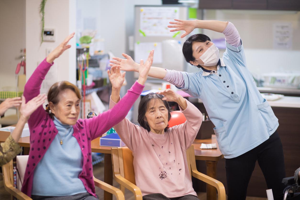 老人ホームで体操をしている女性の介護スタッフの写真