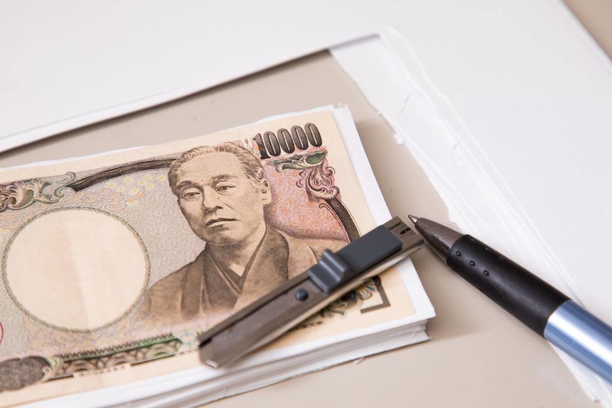 一万円の写真とボールペン