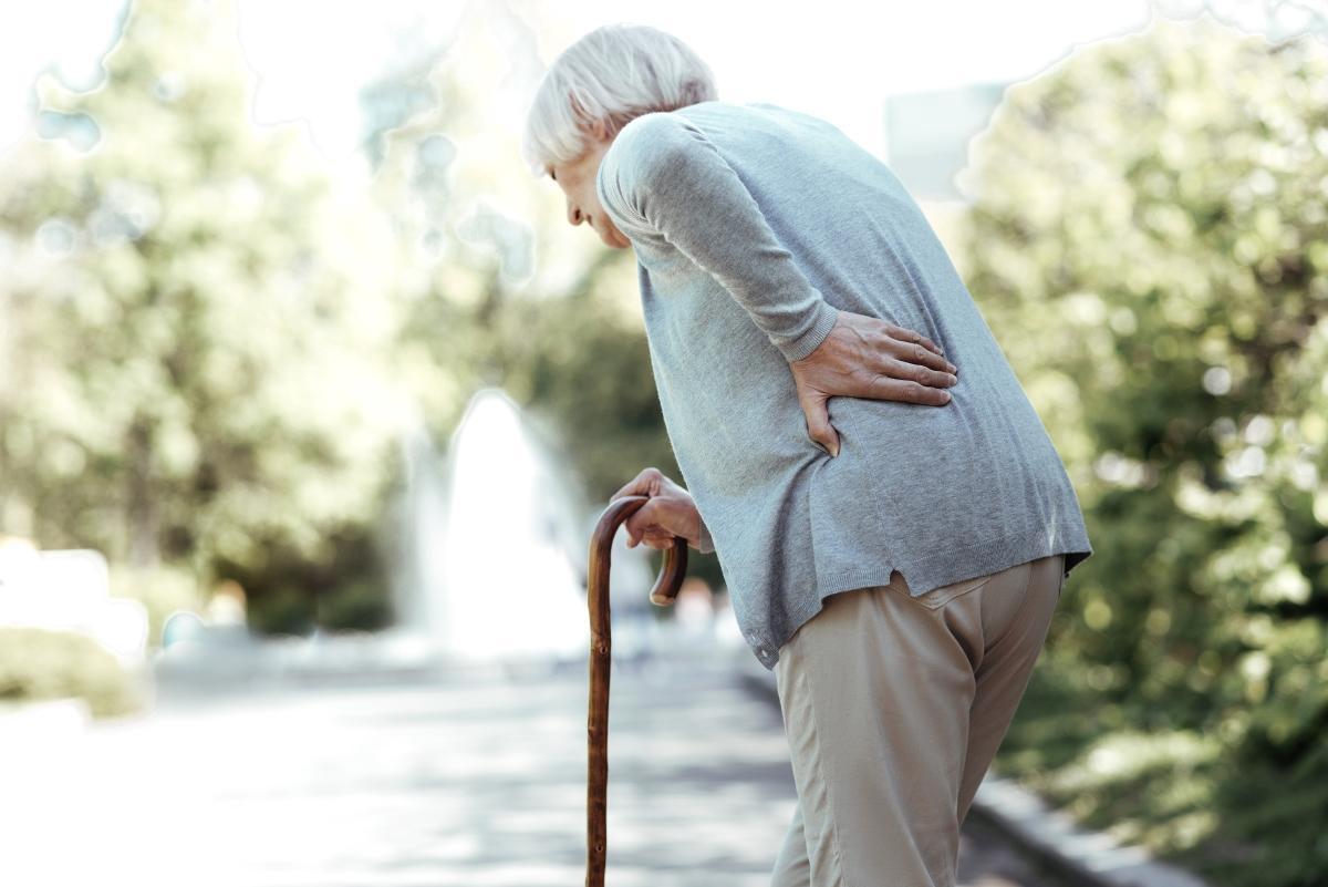姿勢が悪く歩行に不安のある高齢女性の写真