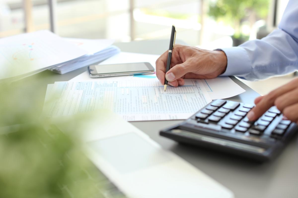 書類と金額の計算作業の写真