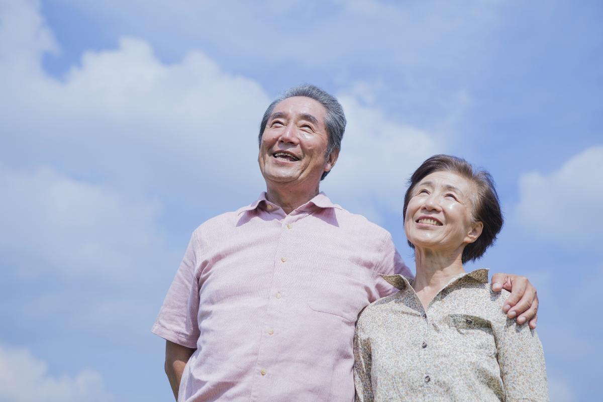笑顔の高齢夫婦の写真