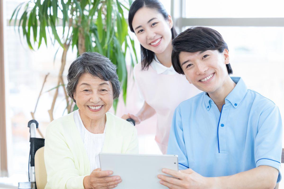 高齢女性と介護スタッフの写真