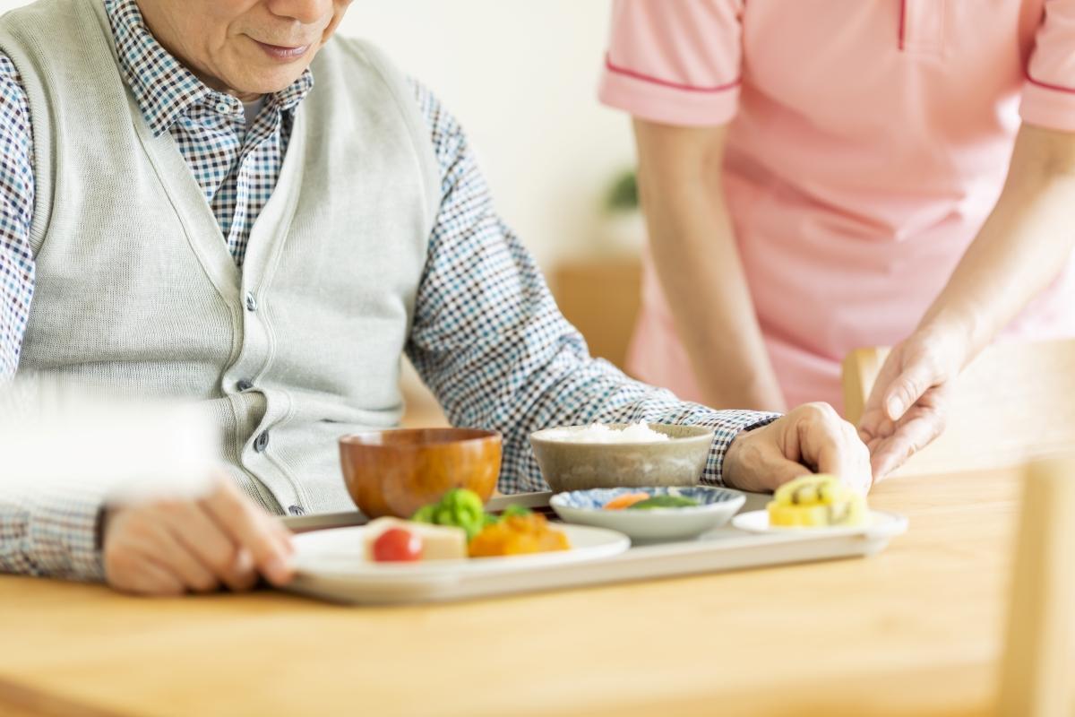 認知症や物忘れを予防する食事を取る高齢男性の写真