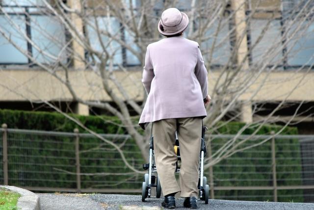 徘徊する高齢女性の写真