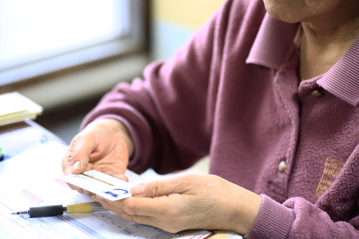 免許を返納する高齢者の写真