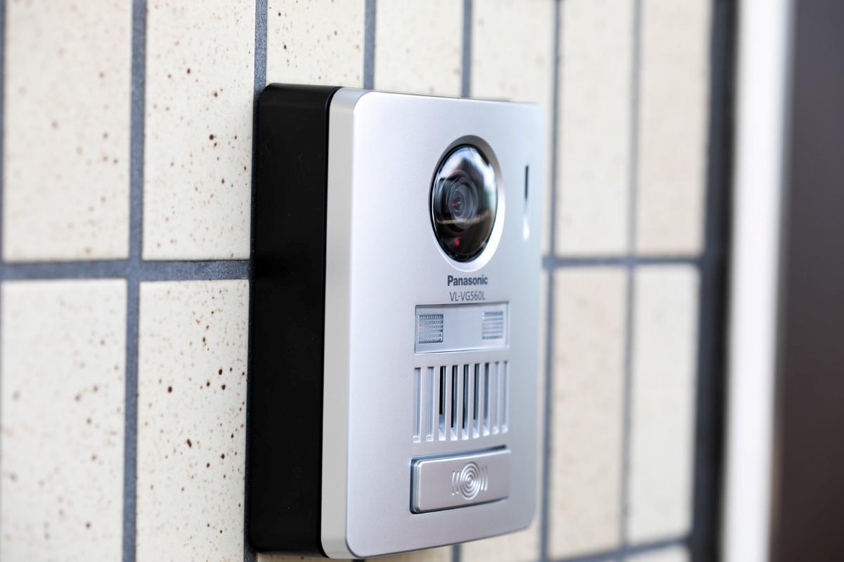 玄関に設置されたインターフォンの写真