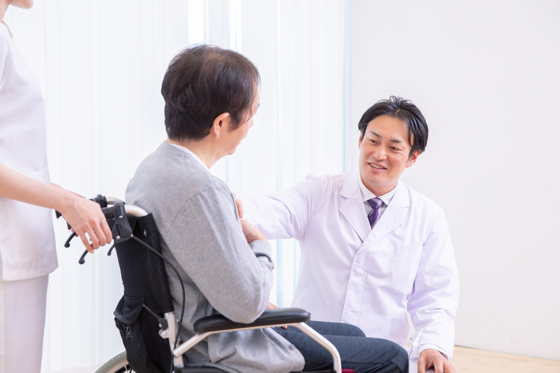 男性医師と診療を受ける認知症患者の写真